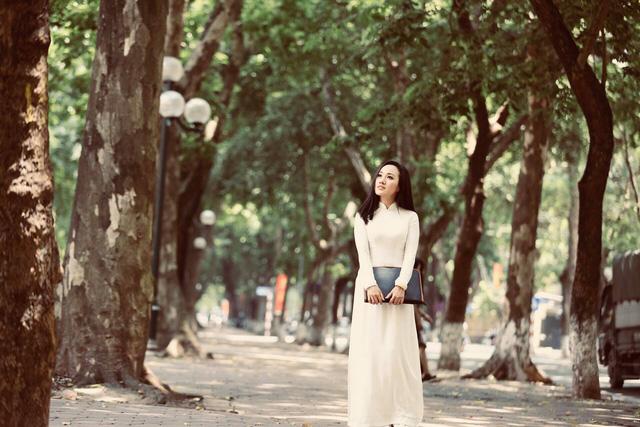 BTV Hoài Anh đẹp dịu dàng trong tà áo dài trắng tinh khôi - Ảnh 4.