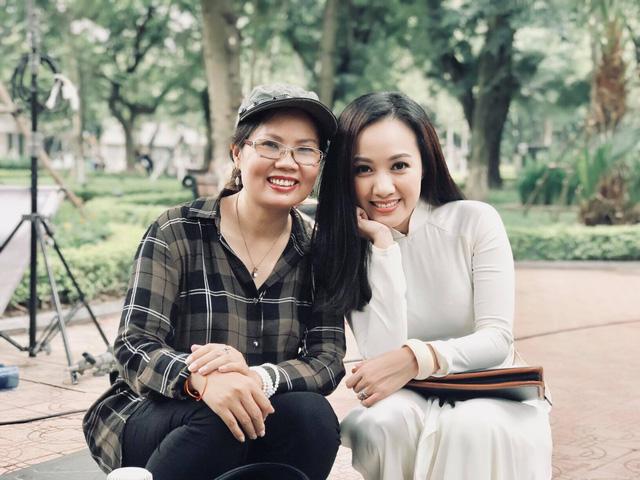 BTV Hoài Anh đẹp dịu dàng trong tà áo dài trắng tinh khôi - Ảnh 11.