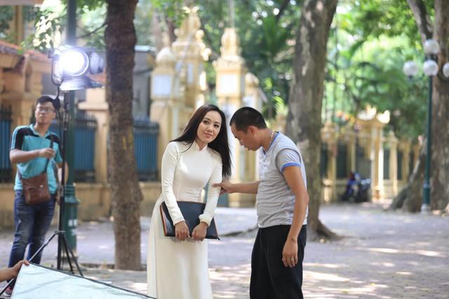 BTV Hoài Anh đẹp dịu dàng trong tà áo dài trắng tinh khôi - Ảnh 10.