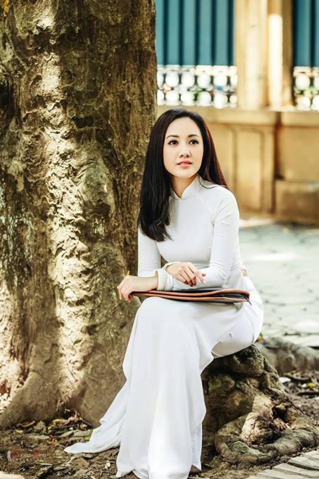 BTV Hoài Anh đẹp dịu dàng trong tà áo dài trắng tinh khôi - Ảnh 5.