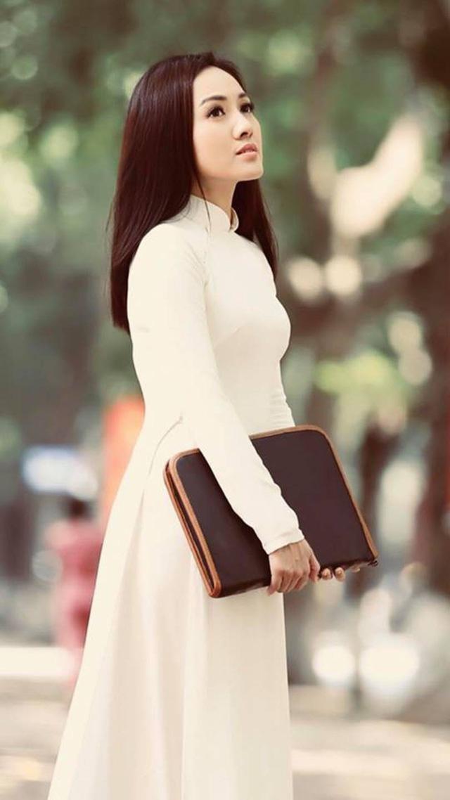BTV Hoài Anh đẹp dịu dàng trong tà áo dài trắng tinh khôi - Ảnh 6.
