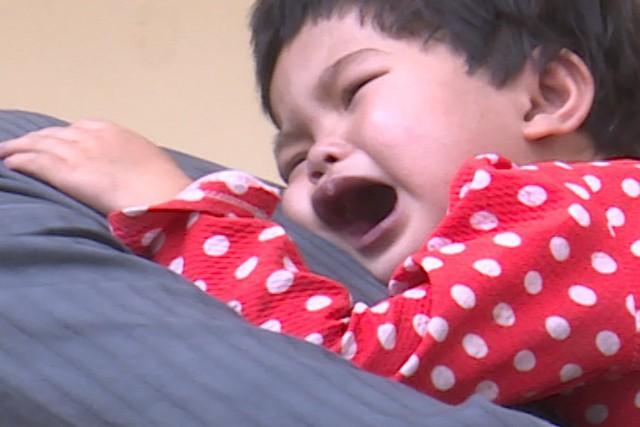 Tiếng khóc xé lòng của bé gái dân tộc Tày mắc bệnh tim bẩm sinh - Ảnh 1.