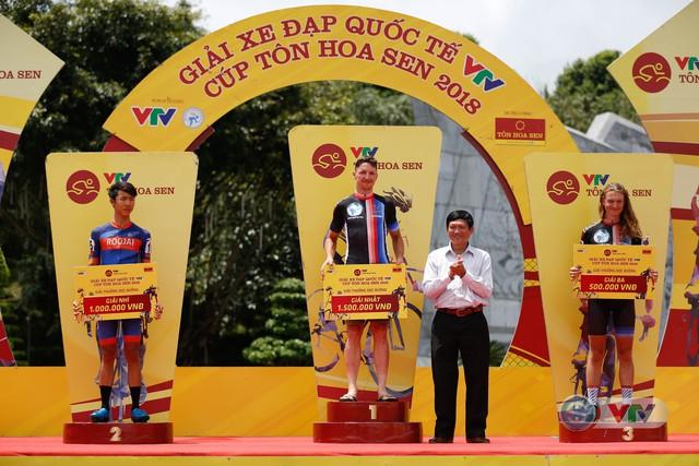 ẢNH: Những khoảnh khắc ấn tượng chặng 10 Giải xe đạp quốc tế VTV Cúp Tôn Hoa Sen 2018 - Ảnh 11.