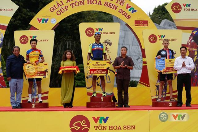 ẢNH: Những khoảnh khắc ấn tượng chặng 10 Giải xe đạp quốc tế VTV Cúp Tôn Hoa Sen 2018 - Ảnh 15.