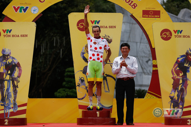 ẢNH: Những khoảnh khắc ấn tượng chặng 10 Giải xe đạp quốc tế VTV Cúp Tôn Hoa Sen 2018 - Ảnh 18.