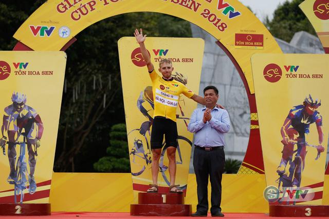 ẢNH: Những khoảnh khắc ấn tượng chặng 10 Giải xe đạp quốc tế VTV Cúp Tôn Hoa Sen 2018 - Ảnh 20.