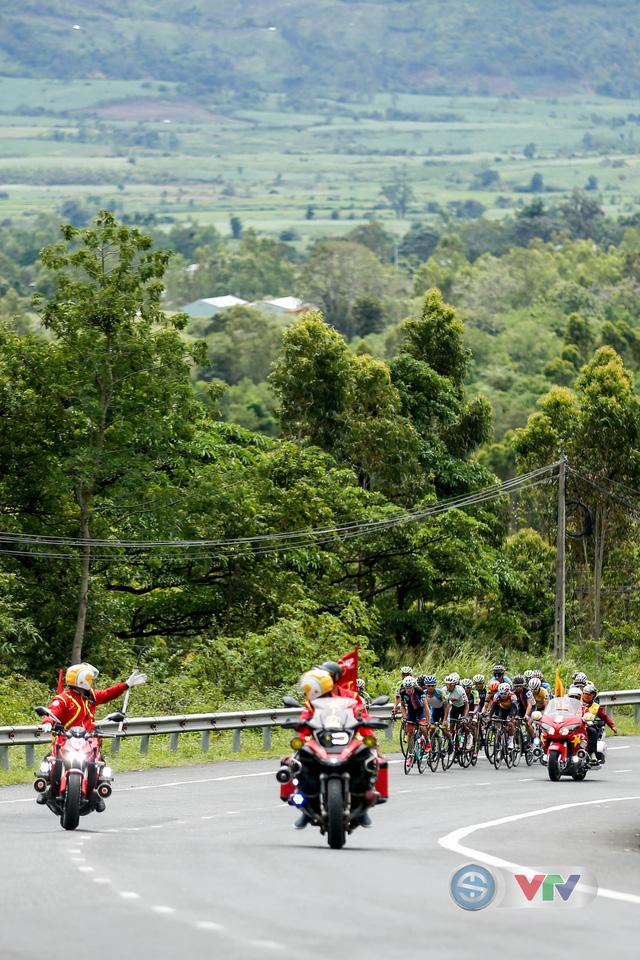 ẢNH: Những khoảnh khắc ấn tượng chặng 10 Giải xe đạp quốc tế VTV Cúp Tôn Hoa Sen 2018 - Ảnh 7.