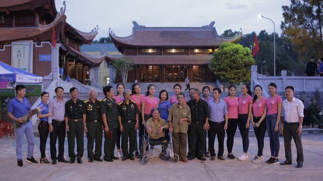 Thí sinh Hoa hậu Việt Nam thắp sáng 11.000 trái tim hồng tại nghĩa trang Việt-Lào - Ảnh 2.
