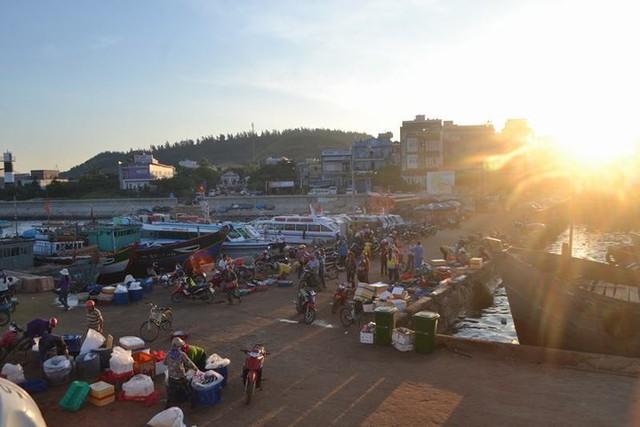 Đi chợ cá trên đảo Lý Sơn - Ảnh 1.