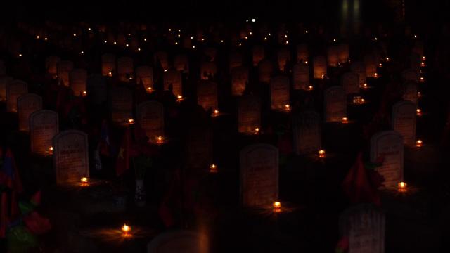 Thí sinh Hoa hậu Việt Nam thắp sáng 11.000 trái tim hồng tại nghĩa trang Việt-Lào - Ảnh 1.