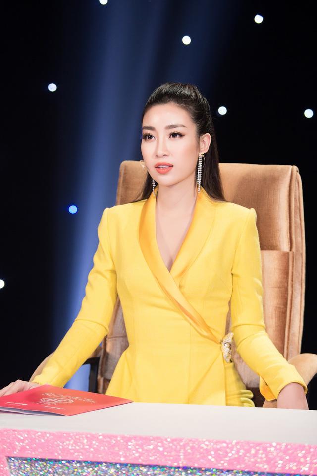 Thí sinh Hoa hậu Việt Nam thắp sáng 11.000 trái tim hồng tại nghĩa trang Việt-Lào - Ảnh 3.