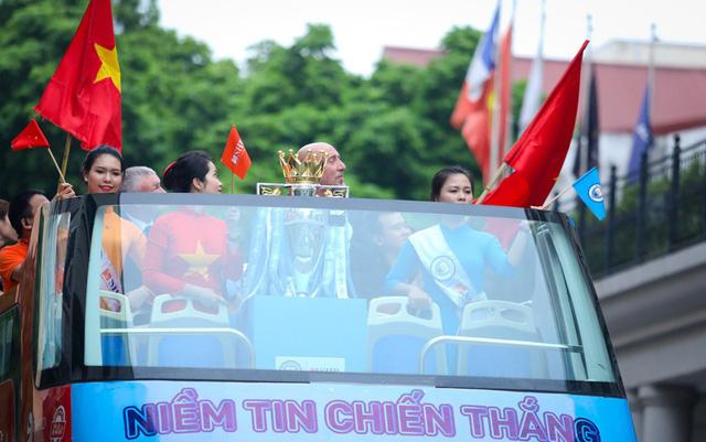 Chiếc cúp Ngoại hạng Anh ra mắt khán giả Việt Nam - Ảnh 1.