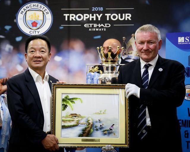 Chiếc cúp Ngoại hạng Anh ra mắt khán giả Việt Nam - Ảnh 2.
