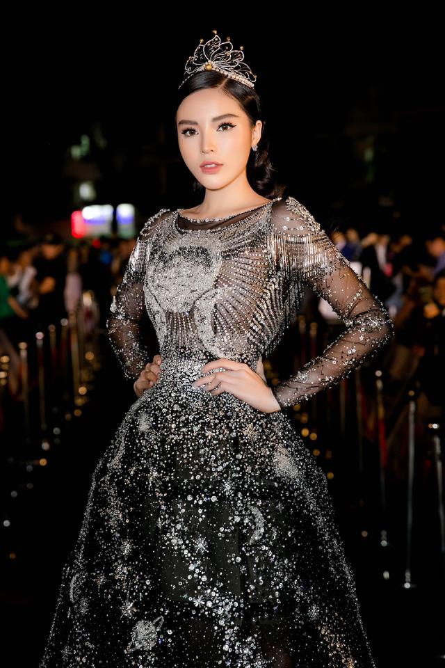 Hoa hậu Kỳ Duyên đụng hàng Lin Taiyang đẹp bất phân thắng bại - Ảnh 2.