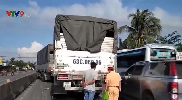 Tiền Giang: Va chạm liên hoàn giữa 4 xe ô tô tải, giao thông bị ùn ứ kéo dài - Ảnh 2.