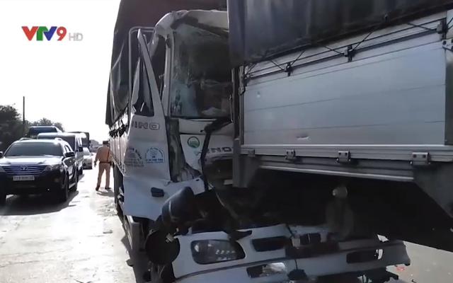 Tiền Giang: Va chạm liên hoàn giữa 4 xe ô tô tải, giao thông bị ùn ứ kéo dài - Ảnh 3.