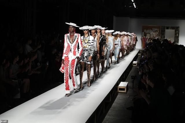 Tuần lễ thời trang Milan: Dàn mẫu 9X đốt mắt với trang phục ấn tượng - Ảnh 1.
