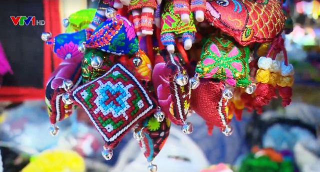Độc đáo nghề dệt thổ cẩm của phụ nữ H'Mông ở Mù Cang Chải - Ảnh 1.