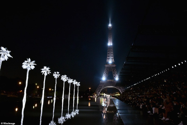 Độc đáo sàn diễn ngập nước dưới chân tháp Eiffel của Saint Laurent - Ảnh 3.