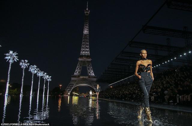 Độc đáo sàn diễn ngập nước dưới chân tháp Eiffel của Saint Laurent - Ảnh 2.