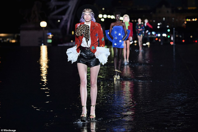Độc đáo sàn diễn ngập nước dưới chân tháp Eiffel của Saint Laurent - Ảnh 1.