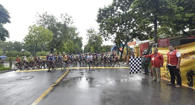 ẢNH: Những khoảnh khắc ấn tượng chặng 2 Giải xe đạp quốc tế VTV Cup Tôn Hoa Sen 2018 - Hà Nội đi Thanh Hoá - Ảnh 1.