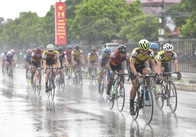 ẢNH: Những khoảnh khắc ấn tượng chặng 2 Giải xe đạp quốc tế VTV Cup Tôn Hoa Sen 2018 - Hà Nội đi Thanh Hoá - Ảnh 2.