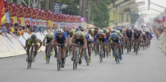 ẢNH: Những khoảnh khắc ấn tượng chặng 2 Giải xe đạp quốc tế VTV Cup Tôn Hoa Sen 2018 - Hà Nội đi Thanh Hoá - Ảnh 8.