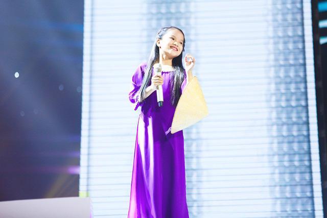 Xuất hiện nàng thơ xứ Huế 9 tuổi khiến HLV tranh giành náo loạn Giọng hát Việt nhí - Ảnh 1.