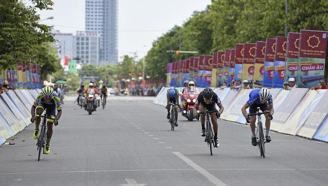ẢNH: Những khoảnh khắc ấn tượng chặng 3 Giải xe đạp quốc tế VTV Cup Tôn Hoa Sen 2018 - Thanh Hoá đi Nghệ An - Ảnh 8.