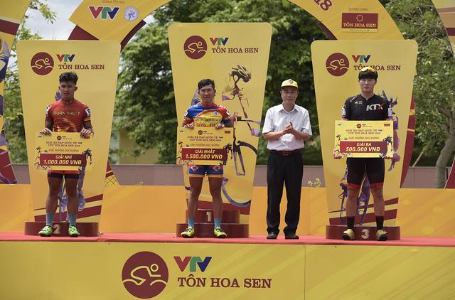 ẢNH: Những khoảnh khắc ấn tượng chặng 3 Giải xe đạp quốc tế VTV Cup Tôn Hoa Sen 2018 - Thanh Hoá đi Nghệ An - Ảnh 10.