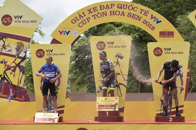 ẢNH: Những khoảnh khắc ấn tượng chặng 3 Giải xe đạp quốc tế VTV Cup Tôn Hoa Sen 2018 - Thanh Hoá đi Nghệ An - Ảnh 14.
