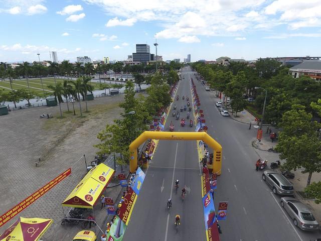 ẢNH: Những khoảnh khắc ấn tượng chặng 3 Giải xe đạp quốc tế VTV Cup Tôn Hoa Sen 2018 - Thanh Hoá đi Nghệ An - Ảnh 7.