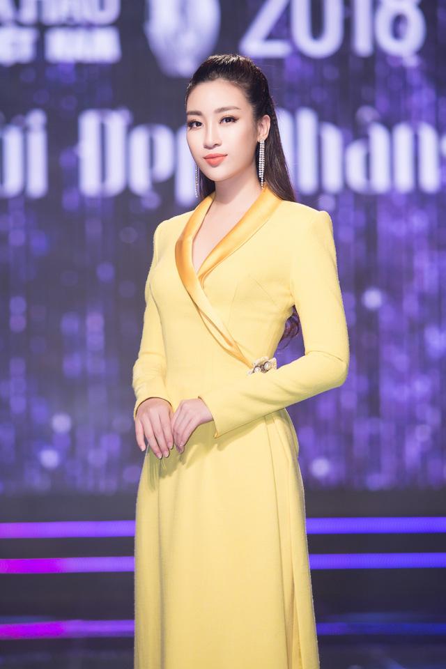 Khi thí sinh Hoa hậu Việt Nam 2018 thử sức làm điều dưỡng viên - Ảnh 7.