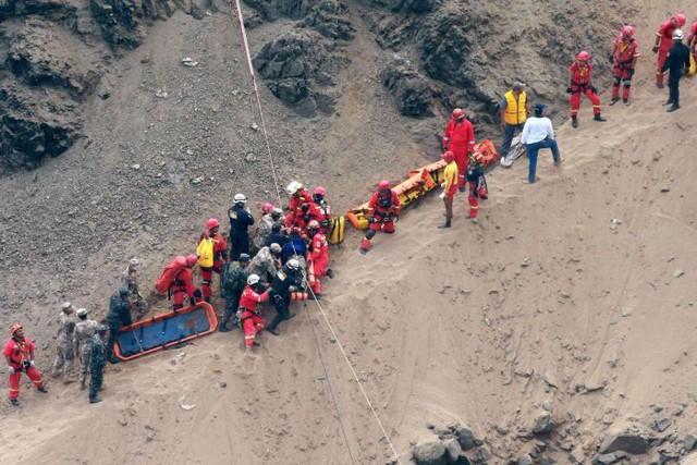 Peru: Xe bus va chạm với xe tải lao xuống vực, ít nhất 36 người thiệt mạng - Ảnh 1.