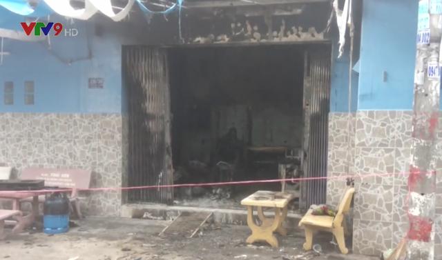Cháy nhà ở TP.HCM, 2 người bị thương - Ảnh 1.
