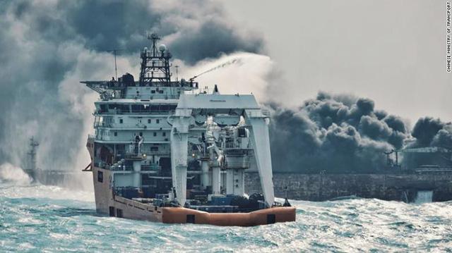 Vụ nổ mới trên tàu chở dầu Iran cản trở công tác cứu hộ - Ảnh 1.