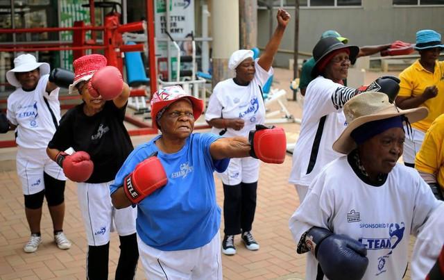 Những cụ bà mê... boxing tại Nam Phi - Ảnh 1.