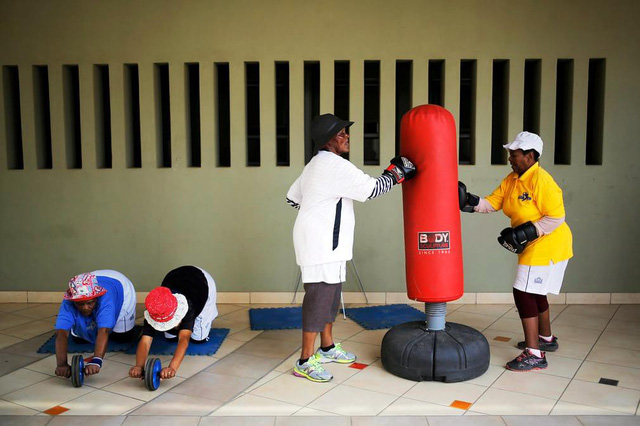 Những cụ bà mê... boxing tại Nam Phi - Ảnh 3.
