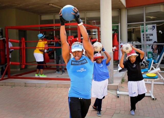 Những cụ bà mê... boxing tại Nam Phi - Ảnh 2.