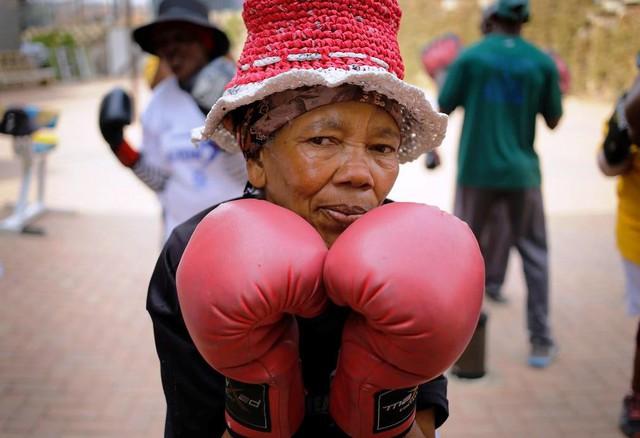 Những cụ bà mê... boxing tại Nam Phi - Ảnh 4.