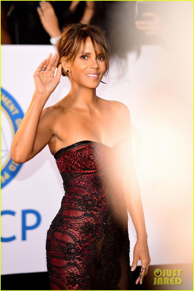 Mặc trang phục khiêu khích, Miêu nữ Halle Berry làm nóng mắt người nhìn - Ảnh 2.