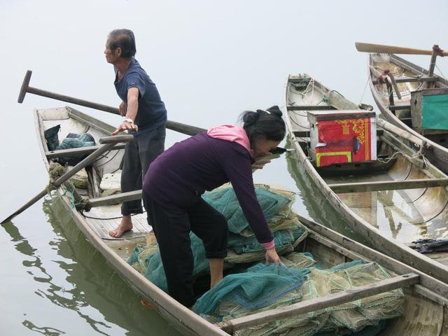 68 tuổi vẫn đi sông thả lưới nuôi ba cháu ăn học - Ảnh 8.