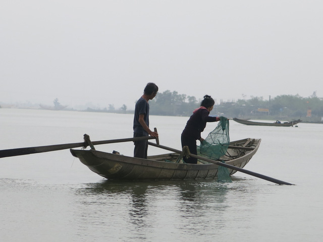 68 tuổi vẫn đi sông thả lưới nuôi ba cháu ăn học - Ảnh 1.