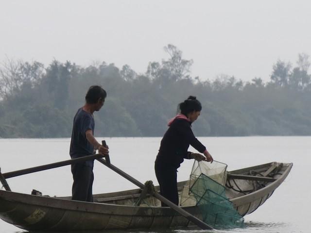 68 tuổi vẫn đi sông thả lưới nuôi ba cháu ăn học - Ảnh 2.
