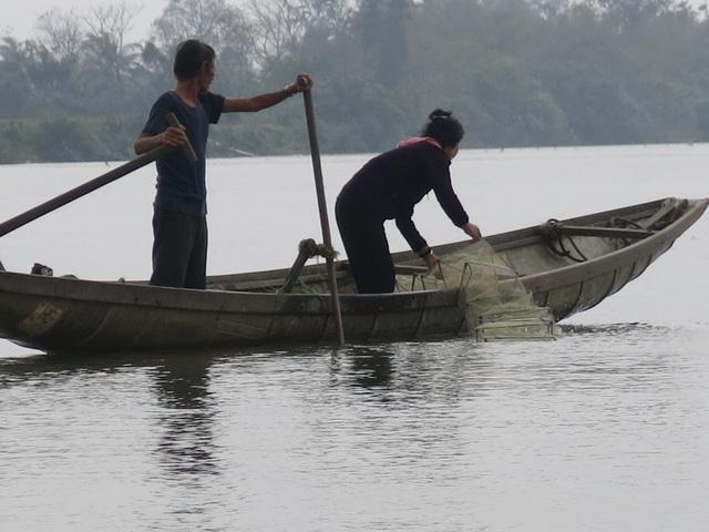 68 tuổi vẫn đi sông thả lưới nuôi ba cháu ăn học | VTV.VN