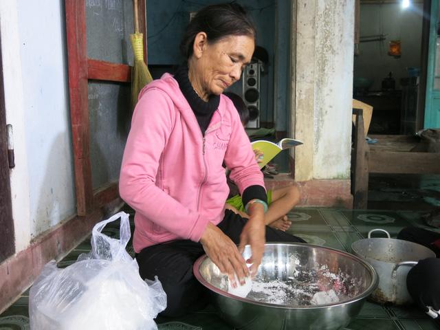 68 tuổi vẫn đi sông thả lưới nuôi ba cháu ăn học - Ảnh 6.
