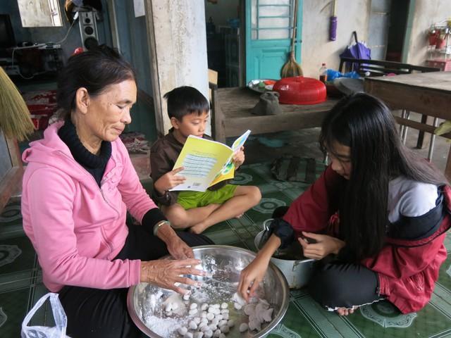 68 tuổi vẫn đi sông thả lưới nuôi ba cháu ăn học - Ảnh 7.