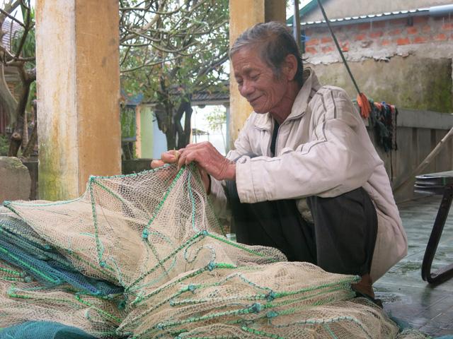 68 tuổi vẫn đi sông thả lưới nuôi ba cháu ăn học - Ảnh 4.