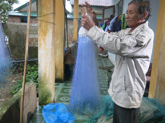 68 tuổi vẫn đi sông thả lưới nuôi ba cháu ăn học - Ảnh 5.